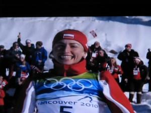 17.02 Justyna podczas ceremonii kwiatowej IO Vancouver srebrny medal
