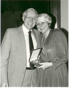 Prezydent Europejskiej Unii Badmintona wręcza medal za organizację ME Sekr.Gen.PZBad 1985 r.