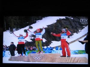 stoją od lewej Adam Małysz, Simon Amman, Gregor Schlierenzauer,