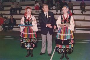 Ceremonia dekoracji- prezes PZBad Andrzej Szalewicz w towarzystwie dziewcząt z zespołu tanecznego AWF