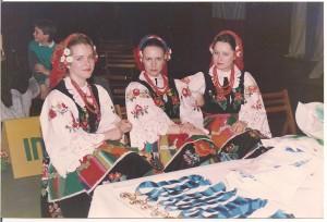 Dziewczęta z zespołu Akademii Wychowania Fizycznego oczekują na ceremonię dekoracji