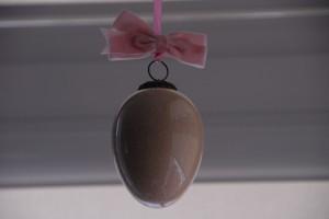 jajko wielkanocne w oknie wiszące