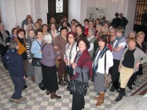 Zachęta 26.02 grupa emerytów zwiedzająca wystawę Allana Sekuli
