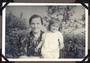 Babcia Mania , Aldonka i bzy na Gocławku.