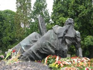 Pomnik polegli Niepokonani rozcięta Syrenka Warszawska