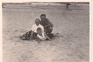 plaża w Międzywodziu, ojciec, brat i ja 1954 r
