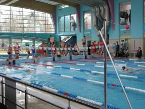zawody sztafet gimnazjalistów na otwarcie basenu w Aninie