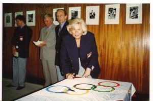 Igrzyska Olimpijskie Atlanta 1996, badmintoniści podpisują flagę olimpijską