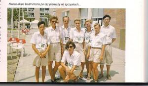 Igrzyska Olimpijskie Barcelona 1992 reprezentacja Polski w badmintonie, od lewej Bożena Wojtkowska Haracz, Beata Syta, Jacek Hankiewicz, kaśka Krasowska, Jadwiga Ślawska Szalewicz, Wioletta Wilk, Zhou Jun Ling, Bożena Siemieniec Bąk (klęczy)