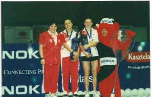 Od lewej trener Klaudia Majorowa, Kamila Augustyn i Nadia Kostiuczyk złoty medal debel dziewczyn Mistrzostwa Europu Juniorów Spała 2001