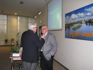 Lech Iwanowski w rozmowie z A. Szalewiczem (tyłem)