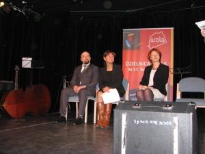 Na scenie od lewej Jarosław Zuzga autor książki i Burmistrz Dzielnicy warszawa Wola Urszula Kierzkowska