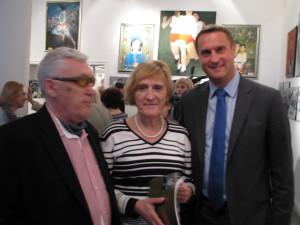 Na wernisażu od lewej b.prezes PKOL Andrzej Szalewicz, pani Ewa Kłobukowska, sekretarz generalny PKOL srebrny medalista IO 1992 Barcelona pan Adam Krzesiński