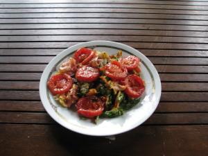 omlet szparagowy z plasterkami podsmażonego pomidora