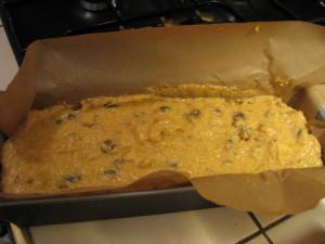 ciasto z owocami kaki przygotowane do wstawienia do piekarnika