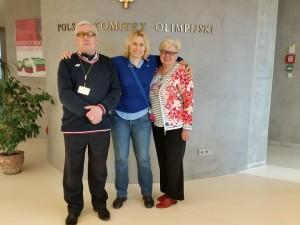 Polski Komitet Olimpijski stoja od lewej Andrzej Szalewicz, Kaśka Krasowska, Jadwiga Ślawska Szalewicz
