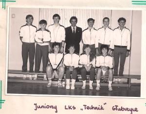 juniorzy LKS Technik Głubczyce w garniturze trener Ryszard Borek  , Kaśka siedzi pierwsza z lewej Marzena Masiuk pierwsza z prawej