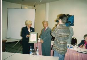 Jadwiga Ślawska Szalewicz odznaczenie Distinguished Service Award wręcza Tom Bacher vice prezydent IBF