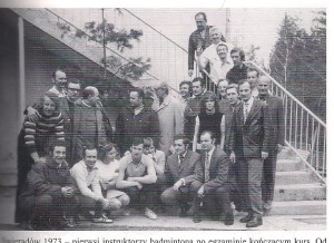 1973 Świeradów kurs instruktorów badmintona tu po egzaminie  siedzą od prawej: J.Grzybowski, R.Bikowski, I.Karolczak, L.Markowicz, M.Muszak, G.Bekrycht, R.Borek, stoją na schodach od góry J.Musioł, R.Ogrodzki, A.Graczyk, J.Śliwa, M.Zyśk, T.Englander, dalej od prawej: Z.Zenkowicz, A.Szalewicz, R.Płonek, M.Dochniak, J.Krzewiński, E.Jaromin, J.Bakowski,(AWF), J.Bisicki, J.Koncikowski ZG TKKF, J.Szuliński, B.Żołądkowski, J.Mendel, M.Danowski