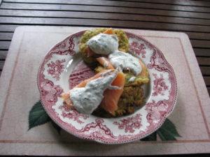 placki z cukinii, marchewki podane z łososiem i sosem jogurtowo- koperkowo-chrzanowym