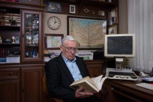 Andrzej sprawdza materiały do artykułu w Newsweeku